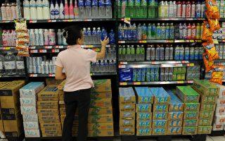 英國卡迪夫大學的調查發現,很多兒童經常喝運動飲料,因而助長肥胖與蛀牙的風險。圖為台北一家超市工作人員正在檢查運動飲料。(SAM YEH/AFP/Getty Images)