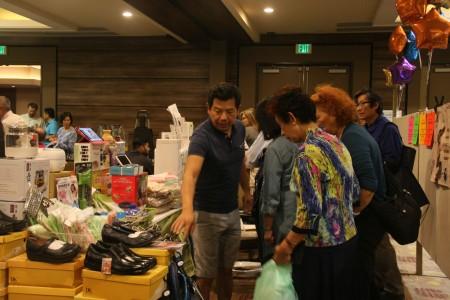 台湾创意产品吸引民众目光。(张岳/大纪元)