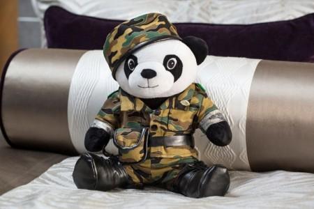 手工縫製身穿軍服的熊貓玩偶。(台北文華東方酒店提供)