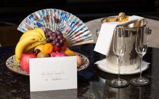 飯店送給宋仲基的水果盤。(台北文華東方酒店提供)