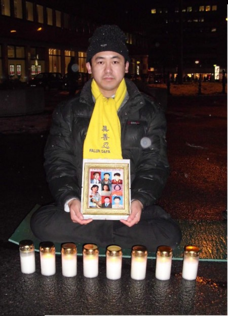 二〇一〇年世界人权日,郭居峰在多特蒙德的活动中手里拿着他认识人的照片,这些人都在迫害中死亡。(圖片:郭居峰本人提供)