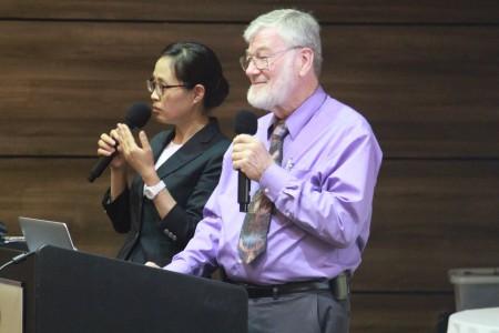 希望之城国家医学中心Dr. Brian L. Tiep在做慢性肺阻塞演讲。(张岳/大纪元)