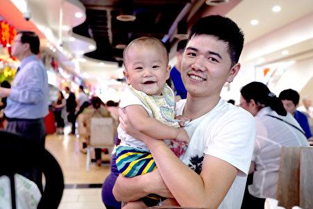 柳先生和他的小兒子。(靜怡/大紀元)
