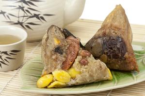 端午佳節家家戶戶都會購買或自包粽子。(Akhararat/大紀元)