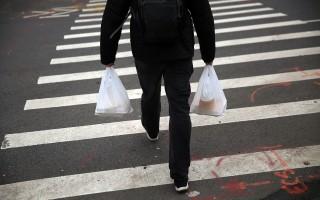 紐約市塑料袋收費法案命運如何,或要等明年2月以後才能揭曉。 (Spencer Platt/Getty Images)