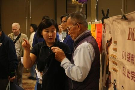 Coway公司业务代表向民众介绍健康产品。(张岳/大纪元)