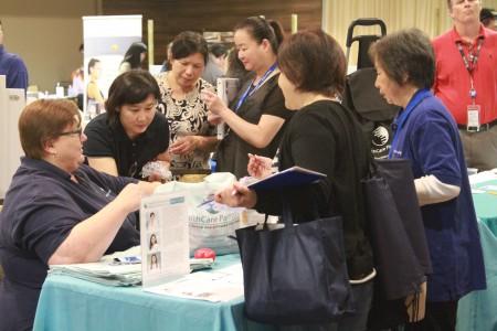 民众在Healthcare Partners公司展位前做健康保险咨询。(张岳/大纪元)