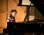 新唐人国际钢琴大赛往届选手在比赛中。 (爱德华/大纪元)