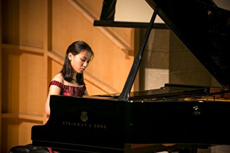 新唐人國際鋼琴大賽往屆選手在比賽中。 (愛德華/大紀元)