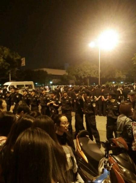 江苏快捷半导体(苏州)有限公司上千名工人连续罢工三天,抗议公司被收购无赔偿。(网络图片)