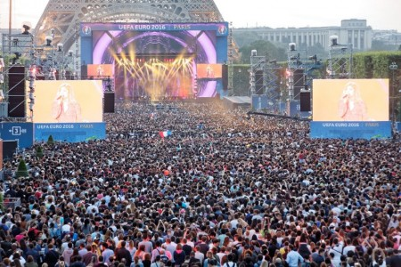 寬廣的戰神廣場變身為露天大戲臺。圖為6月9日球迷區開放開幕式當天的壯觀場面。(Henri Garat/Mairie de Paris)