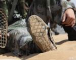 軍報此前報導,軍校的畢業學員被帶到內蒙古沙漠地帶進行綜合演練,由於高溫,學員的鞋子都開膠了。(網絡截圖)