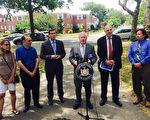参议员艾维乐(Tony Avella,右三)、众议员Edward Braunstein(左三),宣布提案通过的好消息。 (陈晓天/大纪元)