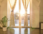 夏天开窗、关窗并放下窗帘的时间点,均对室内温度有很大影响。 (Fotolia)