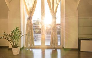 夏天開窗、關窗並放下窗簾的時間點,均對室內溫度有很大影響。 (Fotolia)
