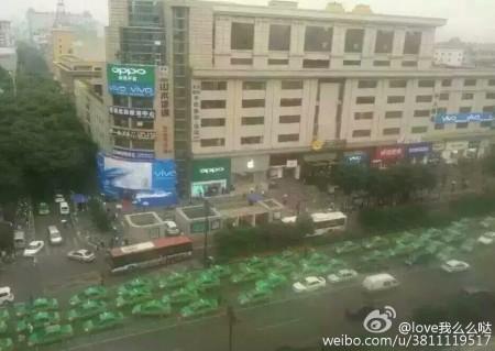 5月31日,陝西西安市數千輛出租車在鐘樓與市政府等地附近道路上排長龍「遊行示威」,當地政府出動全城近萬警力鎮壓,200餘人被捕。(網絡圖片)