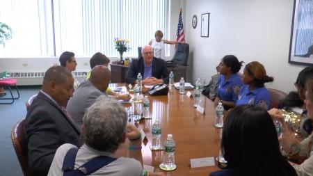 """6月29日是美国的""""枪支暴力保护行动日"""",克劳利在选区办公室,与社区人士讨论枪支问题,并分享了上周在国会的经历。 (韩瑞/大纪元)"""