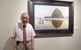郭季彥與他的攝影作品《海思達克岩石》。 (林丹/大紀元)