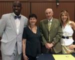 6月22日,费城商业报纸ACT举办商业信息交流会。费城市议员Derek S Green(左一)与ACT创始人兼总裁Joe Ball(右二)及妻子Sandy Ball(左二),以及女儿、ACT 副总裁Yelane Rosenbaum(右一)合影。(肖捷/大纪元)