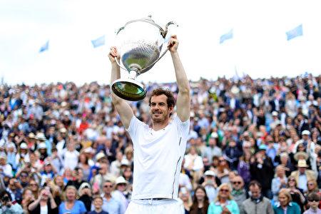 在女王盃賽決賽中,衛冕冠軍穆雷2-1戰勝拉奧尼奇,創造了在賽會第五次捧盃記錄。(Richard Heathcote/Getty Images)