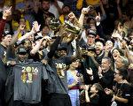 克里夫兰骑士在客场以93-89击败金州勇士,完成史诗般逆转,夺得了队史首座总冠军奖杯。 (Ronald Martinez/Getty Images)