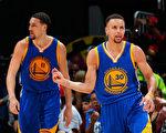 """勇士队的库里(右)和汤普森被称作""""水花兄弟""""。(Kevin C. Cox/Getty Images)"""