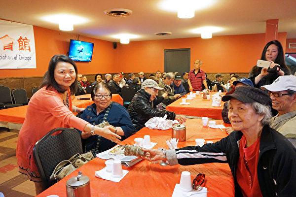 紀念端午節 中華會館為耆老派粽子