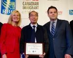 圖: 華裔科學家麥德華(中)於2015年6月在多倫多獲得傑出移民獎(RBC Top 25 Immigrant Awards)。(周月諦/大紀元)