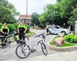 6月13日(週一)下午,多名校園警察仍然守在多倫多大學音樂系和法律系教學樓的門口,禁止任何人在當天晚上進入樓內。(周月諦/大紀元)