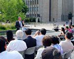 多倫多市長於6月22日在Nathan Phillips廣場說,人頭稅和排華法案是可恥的,那段歷史不會重演。(周月諦/大紀元)