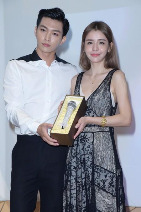 李毓芬推出单曲,感谢粉丝支持于2016年6月8日在台北举行庆功粉丝见面会。图左起为炎亚纶、李毓芬。(黄宗茂/大纪元)