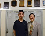 汤普森中学一位学生Austin Wang(左)巧遇钱慰曾博士,他对钱博士是久仰大名。Austin Wang刚刚获得全球英特尔国际科技工程大奖最高奖,并将于今秋入读名校普林斯顿大学。 (邱晨/大纪元)