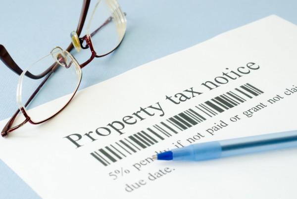 根据你所居住的州的税率,州的个人所得税和地税每年都要花费数千美元。(Fotolia)