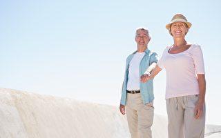 老年人最好养成运动的习惯,千万别因为双脚无力而休息过度。(Fotolia)