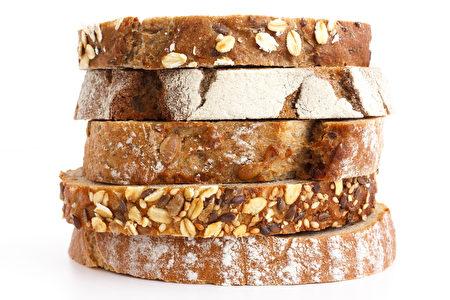 哈佛大学一项大型研究发现,每天只要吃三片全谷面包,早死风险降低20%,死于心脏病的风险可降25%。(fotolia)