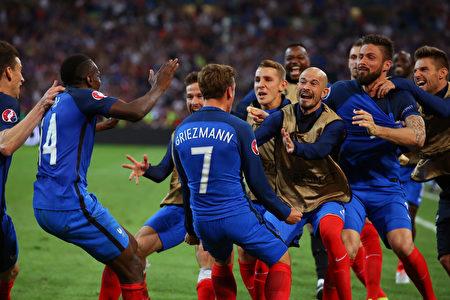 憑藉最後時刻連進兩球,法國隊以2-0戰勝阿爾巴尼亞,成為首支晉級16強的球隊。 (Alex Livesey/Getty Images)