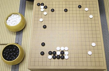 下圍棋對培養學生的思考能力、注意力、集中力等都有好處。(余鋼/大紀元)