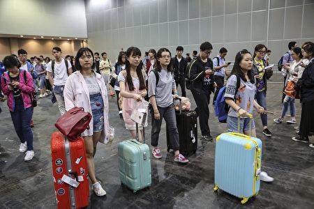 中國大陸決定出國留學的高中生,除了入學測驗外還面對更大的障礙。圖為今年5月來自中國大陸到香港參加SAT考試的學生。(余鋼/大紀元)