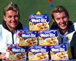 澳洲脆酥的Weet-BIX全谷麦片,现在成为中国大陆网民疯狂热购的宠儿。图为Weet-BIX制造商Sanitarium公司赞助澳洲板球队。(Darren England/ALLSPORT/Getty Images)