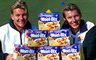澳洲脆酥的Weet-BIX全穀麥片,現在成為中國大陸網民瘋狂熱購的寵兒。圖為Weet-BIX製造商Sanitarium公司贊助澳洲板球隊。(Darren England/ALLSPORT/Getty Images)