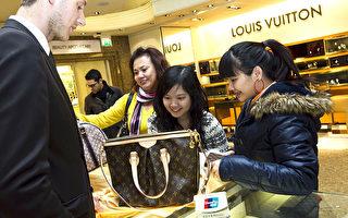 华人对LV青睐有加带动纽约双语销售的需求。(James McCauley/Harrods via Getty Images)
