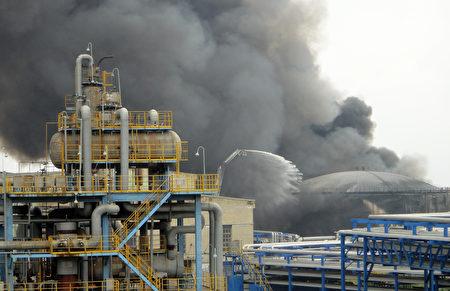 2011年8月29日中石油在大連的煉油廠。(STR/AFP/Getty Images)