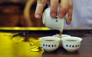 喝热茶有益健康,不过根据世界卫生组织(WHO)的最新报告,茶温过高可能产生危害。图为茶店老板按照中国的饮茶方式准备的传统茶。 ( LAURENT FIEVET/AFP/Getty Images)