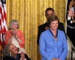 """美国总统奥巴马为萨米特颁发""""总统自由勋章"""",以表彰她在大学篮球和与痴呆症做斗争中所做出的杰出贡献。(Getty Images)"""