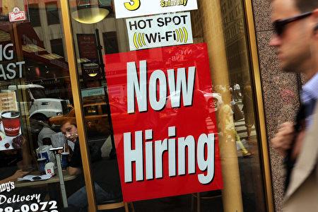 纽约一家店商贴出的招聘需求标识。(Spencer Platt/Getty Images)