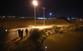 圖為邊境巡邏隊探員在聖地亞哥美墨邊境巡邏。(John Moore/Getty Images)