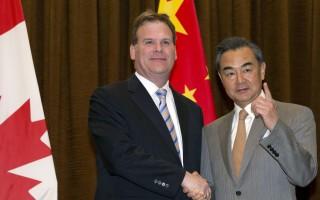 """一名加拿大记者6月2日在中加外长联合新闻发布会上提出中国人权问题。中共外交部长王毅按捺不住,爆发出连珠炮式的斥责,称记者充满""""傲慢与偏见""""。外媒由此联想到中共前主席江泽民对香港记者发飙的丑态。(Ng Han Guan-Pool/Getty Images)"""