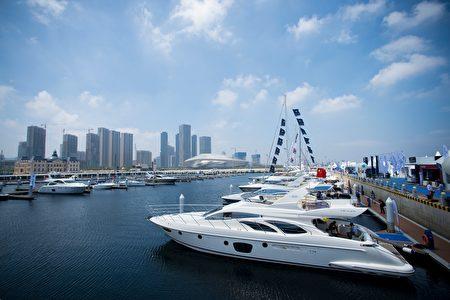 凱捷顧問公司最新全球財富報告顯示,2015年亞洲富豪擁有全球最多的財富,大陸的富人增最多。圖為停泊在大陸大連港口的奢華遊艇。(JOHANNES EISELE/AFP/Getty Images)