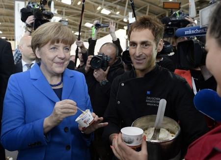 默克尔品尝冰淇淋。甜点和水果都是默克尔的大爱。(AFP/Getty Images)