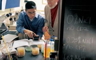 美国博士生一般要花4~10年才能取得学位,很多学生发觉,要坚持到最后并非易事。图为德鲁大学教授(Drew University)正在指导研究生。(Bill Denison/Drew University via Getty Images)